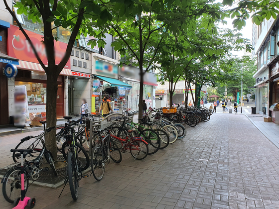 지난 1일 오후 5시 서울 양천구 목동 학원가의 자전거 거치대가 자전거로 차있다. 남궁민 기자