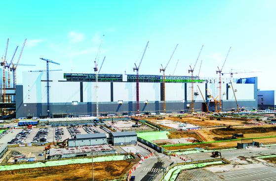 삼성전자 평택 반도체공장 증설공사 현장. 삼성전자는 평택 2라인에 낸드플래시 생산을 위한 클린룸 공사에 착수했으며 2021년 하반기부터 양산을 시작할 계획이라고 1일 밝혔다. [연합뉴스]