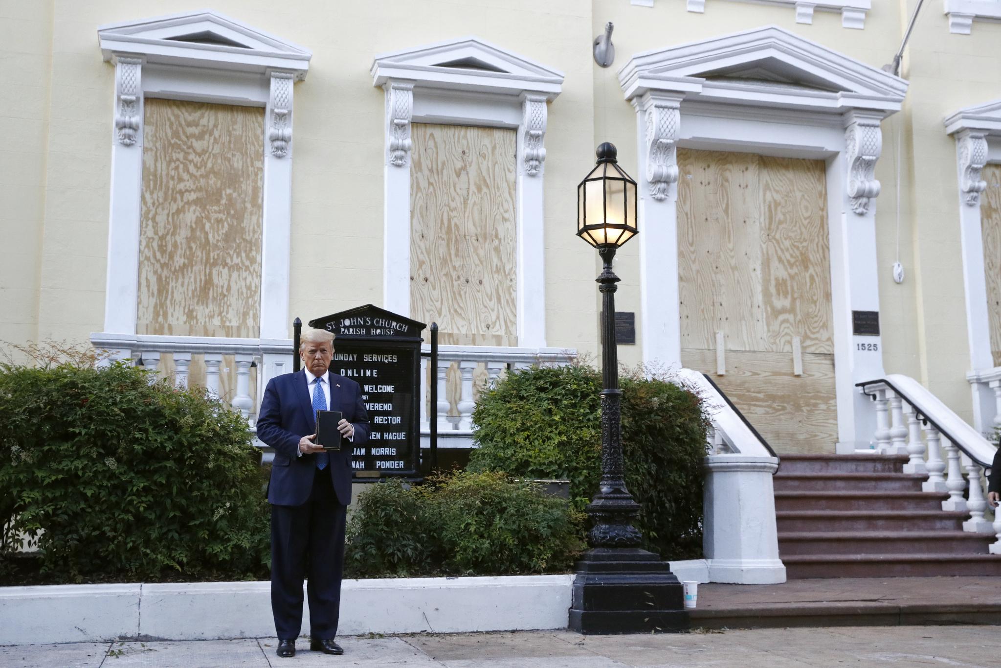 도널드 트럼프 미국 대통령이 1일(현지시간) 백악관 인근 세인트존스 교회 앞에서 성경책을 들어 보이고 있다. [AP=연합뉴스]