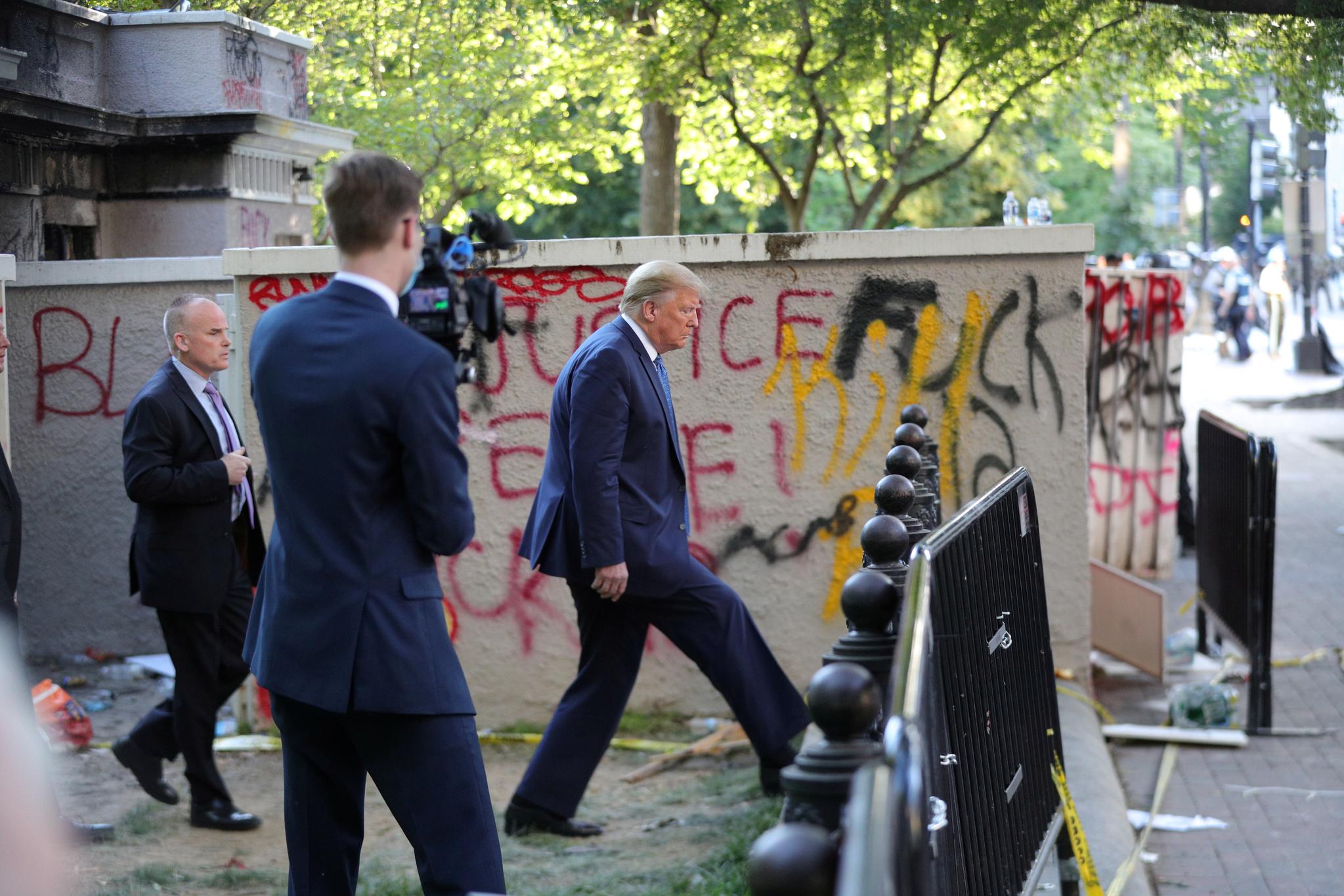 도널드 트럼프 미국 대통령이 1일(현지시간) 백악관 로즈가든에서 기자회견을 마친 뒤 걸어서 인근 세인트존스 교회로 이동하고 있다. [로이터=연합뉴스]