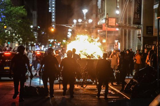지난달 31일 미국 뉴욕에서 시위대가 쓰레기통에 불을 지른 모습. 연합뉴스