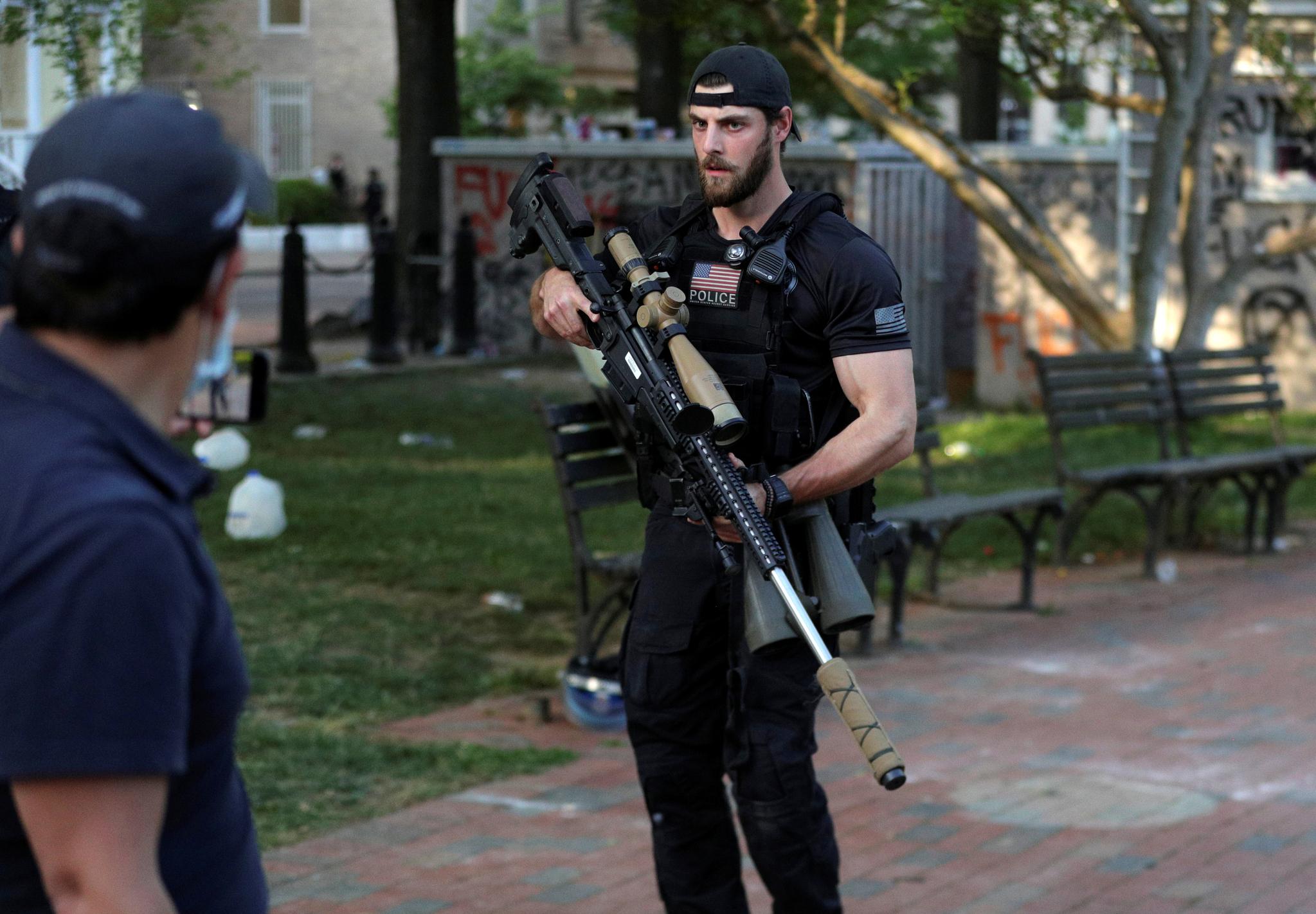 미국 비밀경호국 요원이 1일(현지시간) 도널드 트럼프 대통령이 세인트존스 교회를 방문한 동안 저격총을 들고 경호를 하고 있다. [로이터=연합뉴스]