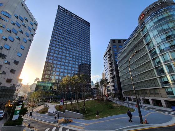 서울역 앞, 서울로7017과 연계해 조성할 계획이었던 문화공원 땅의 모습. SG타워가 기부채납으로 조성한 공원에 서울시가 11층 청사 건립을 추진하고 있다.   한은화 기자