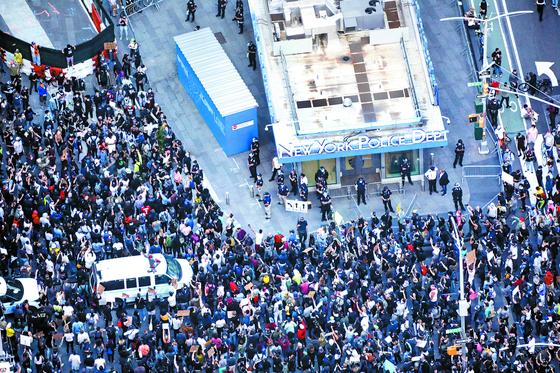 지난달 31일(현지시간) 인종 차별에 항의하는 시위대가 미 뉴욕 경찰국 건물을 에워쌌다. [신화=연합뉴스]