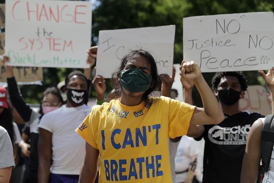 1일(현지시간) 흑인 인종차별에 반대하는 시위대가 구호를 외치고 있다. AP=연합뉴스
