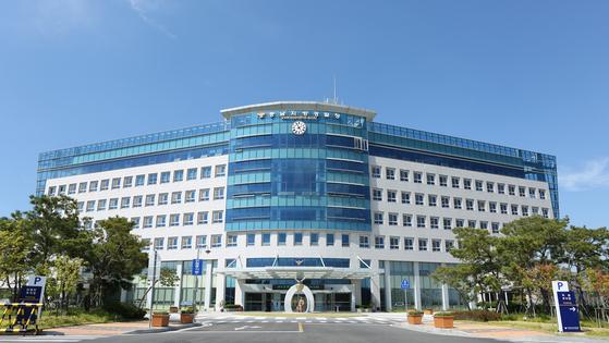 충남지방경찰청은 1일 천안의 아파트에서 의붓아들을 여행가방에 가둬 의식을 잃게 한 계모를 긴급 체포해 조사 중이다. [사진 충남지방경찰청]