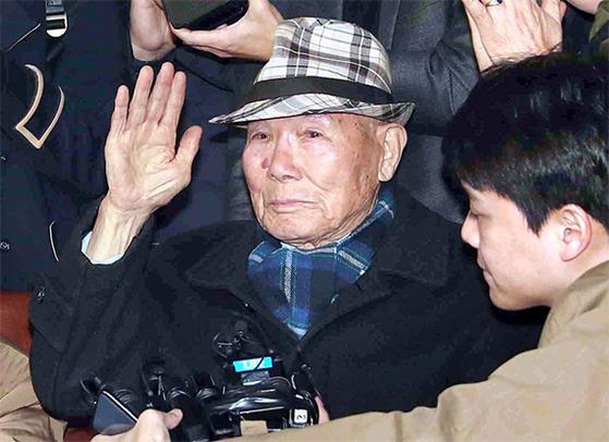 """대법원은 2018년 10월 일제 강제징용 피해자 4명(3명 사망)이 신일철주금을 상대로 낸 손해배상청구소송 재상고심에서 '피해자들에게 각각 1억원을 배상하라""""는 원심판결을 확정했다. 일본 법원이 인정하지 않았던 배상청구권을 한국 대법원은 인정했다. 13년8개월 만에 승소한 이춘식씨는 선고 직후 '너무 기쁘지만 세 사람이 먼저 가 슬프다. 동료들 없이 혼자 나와서 마음이 아프고 서운하다""""고 복잡한 심경을 밝혔다. [김상선 기자]"""