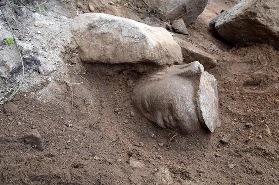발굴 당시 모습. 통일신라시대 석조여례좌상에서 분리된 것으로 추정된다. [사진 문화재청]