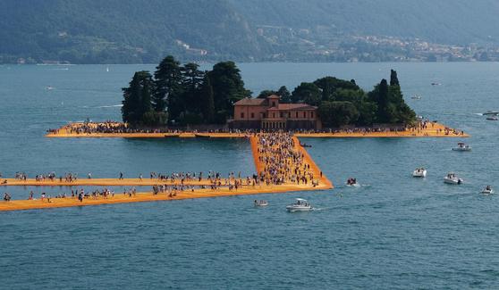 크리스토가 2016년 이탈리아 이세오 호수에 인공 부유물들을 띄워 선보인 떠있는 부두' .[연합뉴스]