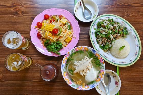 동남아 음식이라면 베트남, 태국부터 떠올리지만 다른 나라에도 맛난 음식이 많다. 서울 망원동 '라오삐약'에서 맛본 라오스의 대표 음식들. 왼쪽부터 땀막훙, 카오삐약, 랍. 최승표 기자
