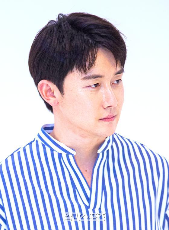 배우 김준한이 1일 오전 압구정의 한 카페에서 진행된 인터뷰전 포토타임 행사에서 포즈를 취하고 있다. 박찬우 기자 pakr.chanwoo@jtbc.co.kr2020.06.01