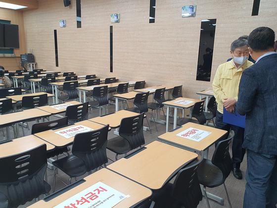 2일 박백범 교육부 차관(오른쪽)이 서울 강남구 대치동의 A학원 강의실에서 학원 관계자와 이야기를 나누고 있다. 남궁민 기자