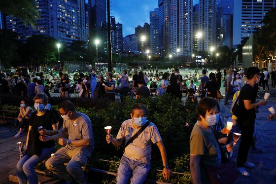 4일 밤 홍콩 빅토리아 공원에서 홍콩 정부의 불허에도 불구하고 천안문 사태 31주년 추모 촛불집회가 열렸다. 공원에 모인 시민들이 촛불을 들고 희생자들을 애도하고 있다. [로이터=연합뉴스]