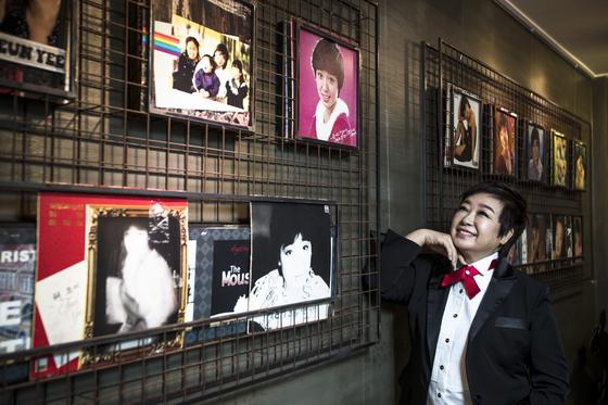 서울 대학로 SH아트홀에서 한달간 소극장 공연을 시작한 가수 혜은이. 타임슬립이라는 콘셉트에 맞춰 그동안 발표한 앨범 재킷이 공연장 입구에 장식돼 있다. 김성룡 기자