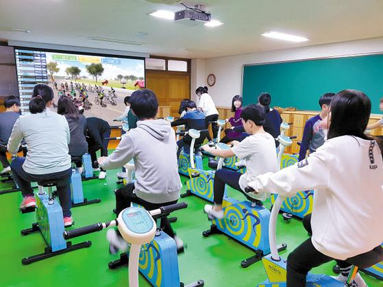 ㈜지오아이티가 개발한 자전거 시물레이터 등이 주목받고 있다. 게임하듯이 운동할 수 있는 게 특징이다. 이 회사는 스크린 승마, 스크린 골프, 자전거 시뮬레이터 등 주로 체험형 스포츠 시뮬레이션 콘텐트를 만들어왔다. [사진 ㈜지오아이티]