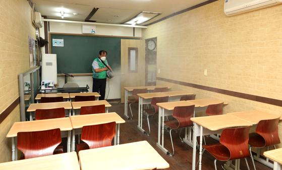 지난 1일 오후 서울 양천구 목동의 한 학원에서 구청 및 새마을지도자협의회 관계자들이 방역을 하고 있다. 뉴스1