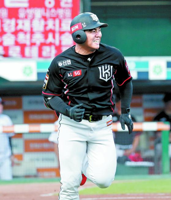 KT 무명 외야수 조용호가 강백호·유한준의 부상 공백을 메우고 있다. 프로 구단 지명을 받지 못했던 그는 야구를 그만두고 아르바이트를 하다 연습생부터 다시 시작했다. [뉴스1]