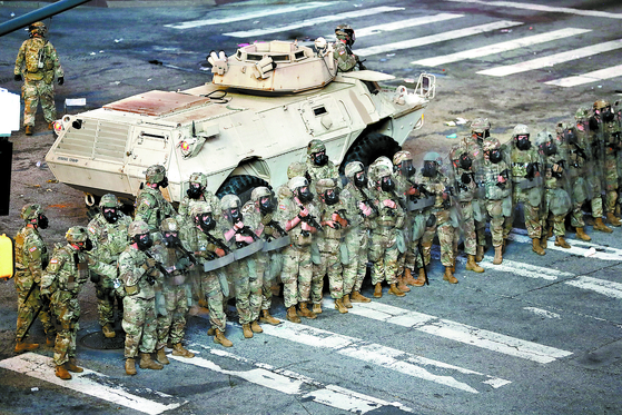지난 2일(현지시간) 미국 조지아주 애틀랜타에서 주 방위군이 장갑차를 배치채 통행금지령을 거부하며 흑인 사망에 항의하는 시위대를 해산시키기 위해 대기하고 있다. [ EPA=연합뉴스]