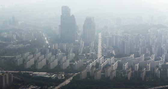 서울 아파트값 하락세가 둔화하며 주요 단지 가격이 바닥을 치고 오르는 분위기다.