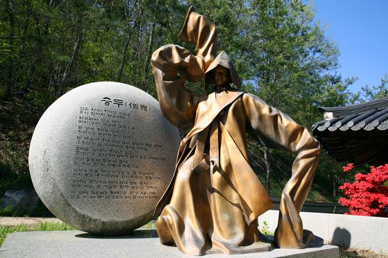 외씨버선길은 조지훈의 시 '승무'의 한 구절에서 이름을 받았다. 사진은 영양 주실마을 '지훈시공원'에 있는 승무 조각상. 손민호 기자고갯길