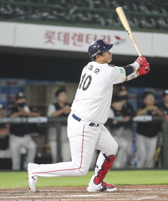 롯데 이대호가 5일 부산 KT전 7회 말 역전 3점홈런을 터뜨리고 있다. [연합뉴스]
