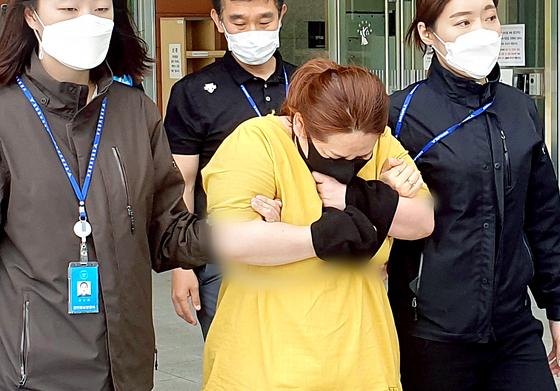 9세 의붓아들이 거짓말을 했다는 이유로 7시간이 넘게 여행용 가방에 가둬 심정지 상태에 이르게 한 40대 계모가 지난 3일 오후 영장실질심사를 받기 위해 대전지방법원 천안지원으로 향하고 있다. 뉴스1