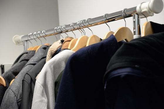 겨울옷을 정리하고 있는데 고생이 많다는 남편의 말에 괜히 화풀이를 했습니다. 순간 어색한 상황이 만들어집니다. [사진 pixabay]