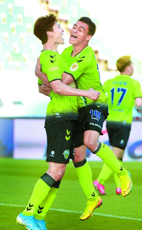 조규성(왼쪽)이 지난달 24일 K리그1 데뷔골을 터뜨린 뒤 동료와 기뻐하는 모습. [뉴시스]