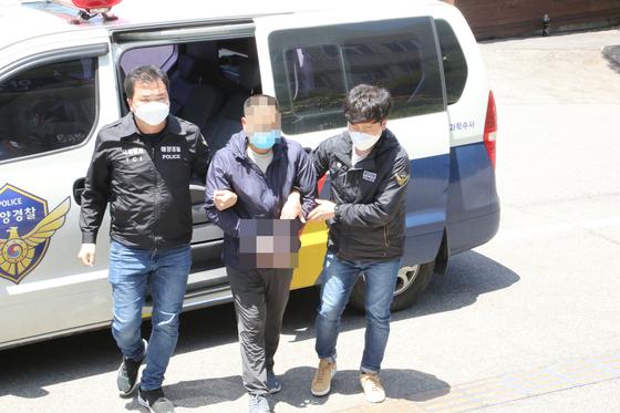 해경 수사팀이 1일 오후 밀입국 중국인을 태안해경으로 압송하고 있다. 이 중국인은 지난달 31일 광주광역시 경찰지구대에 자수했다. 태안해경 제공