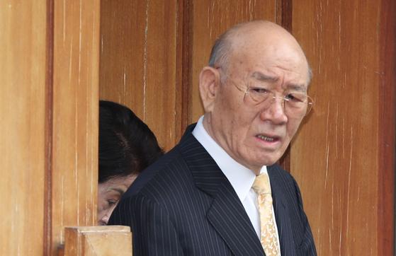 전두환 전 대통령이 2019년 3월 재판을 받기 위해 서울 연희동 자택을 나서고 있다.