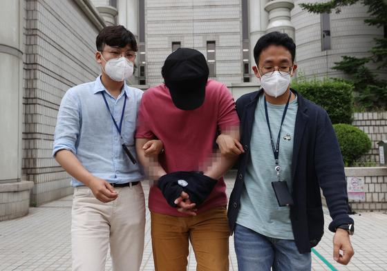 '서울역 묻지마 폭행' 피의자 이모(32)씨가 서울중앙지법에서 구속 심사를 받고 나오고 있다. 연합뉴스