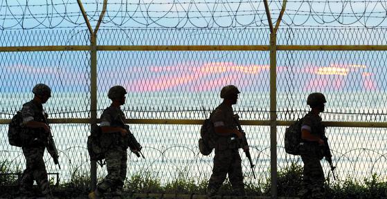 철책을 따라 해안탐색 작전에 나서는 군 장병 [뉴시스]