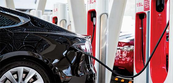 미국 라스베이거스에 있는 테슬라 전용 급속충전소인 '수퍼차저'에서의 충전 모습. 전기차가 늘면서 '수퍼차저'의 수도 급증하고 있다. [AP=연합뉴스]