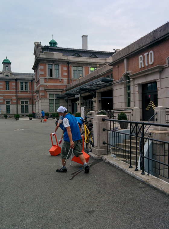 서울시와 한국철도가 지하철역 노숙인 일자리 창출을 위한 업무협약을 체결한다고 5일 밝혔다. 서울역 인근 노숙인이 광장을 청소하는 업무에 참여하고 있다. [사진 서울시]