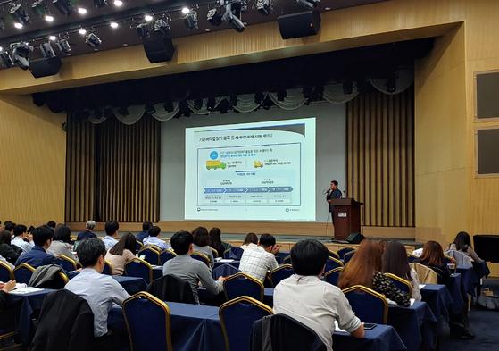 한국환경공단이 화학산업계를 대상으로 화학물질 공동 등록 지원 등의 절차를 교육하고 있다. 사진 한국환경공단