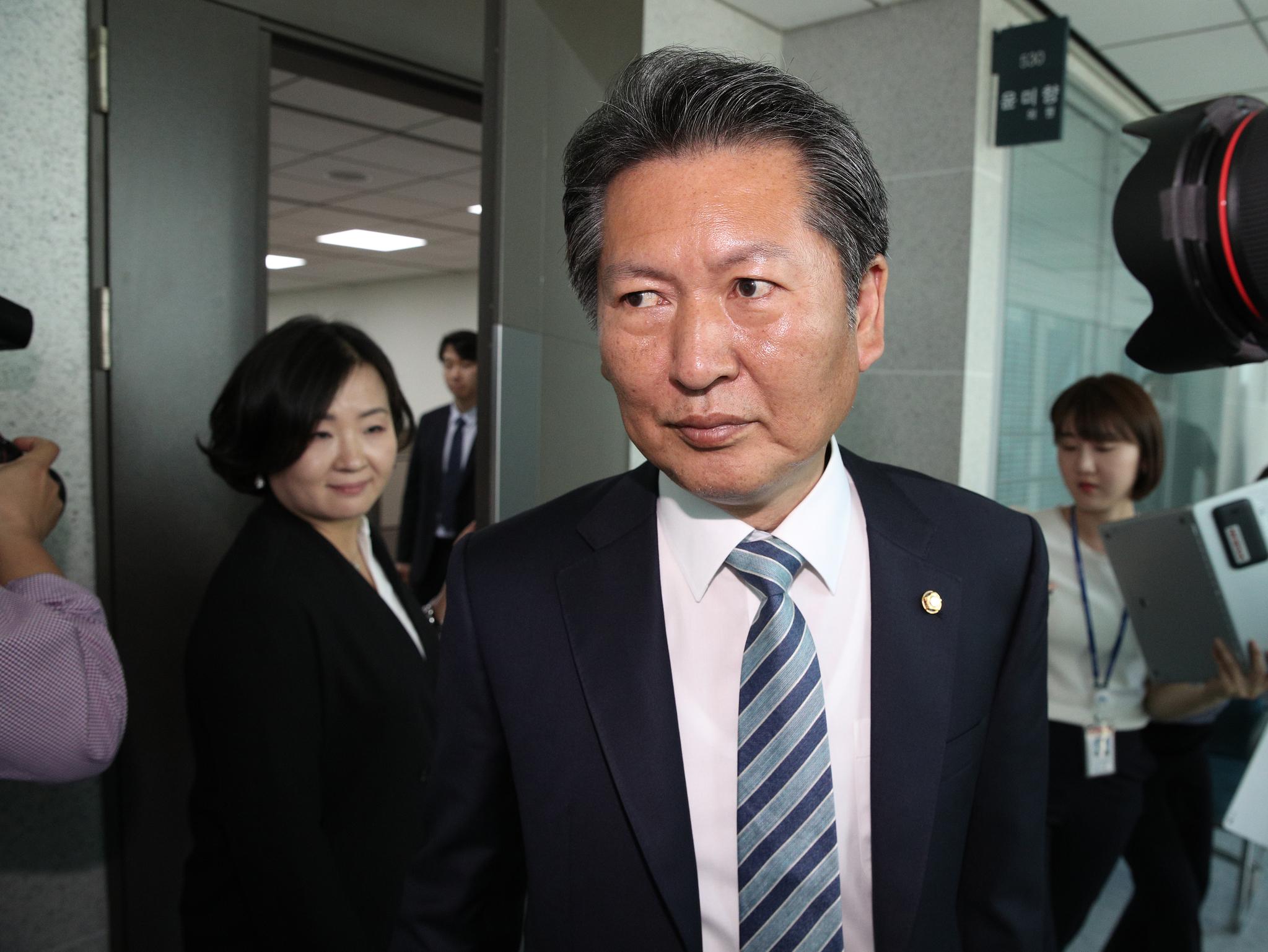 정청래 더불어민주당 의원이 1일 오전 서울 여의도 국회 의원회관 윤미향 의원실을 나서고 있다. 뉴스1
