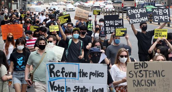 시민과 외국인들이 6일 서울 중구 명동에서 청계천 한빛광장까지 미국 백인 경찰관의 과잉 진압으로 숨진 흑인 남성 조지 플로이드 추모 행진을 하고 있다. /뉴스1