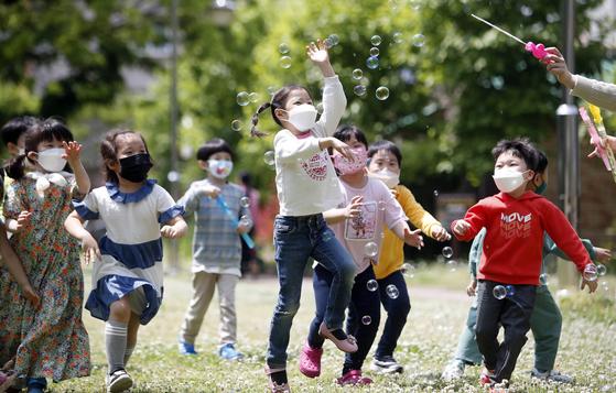 어린이날인 5월 5일 광주 북구청 앞 효죽어린이공원에서 어린이들이 비눗방울 놀이를 하며 즐거운 시간을 보내고 있다. 연합뉴스