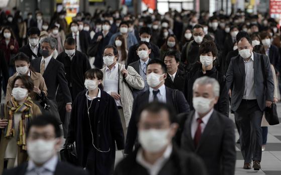 2019년 합계출산율이 1.36으로 하락하자 일본 사회가 충격에 빠졌다. 지난 4월 도쿄역에서 마스크를 쓴 채 출근을 서두르는 시민들의 모습. [EPA=연합뉴스]