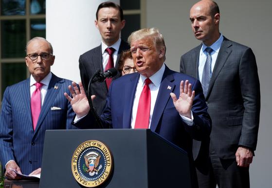 도널드 트럼프 미국 대통령이 5일(현지시간) 백악관 로즈가든에서 경제와 관련한 기자회견을 하고 있다. 트럼프 대통령은 이날 5월 일자리가 깜짝 증가세로 돌아선 것으로 발표된 데 반색했다. [로이터=연합뉴스]