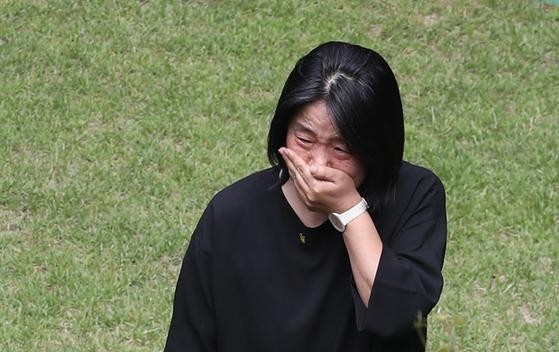 더불어민주당 윤미향 의원이 7일 오전 서울 마포구 연남동 '평화의 우리집'에서 관계자들을 맞이하고 있다. 연합뉴스