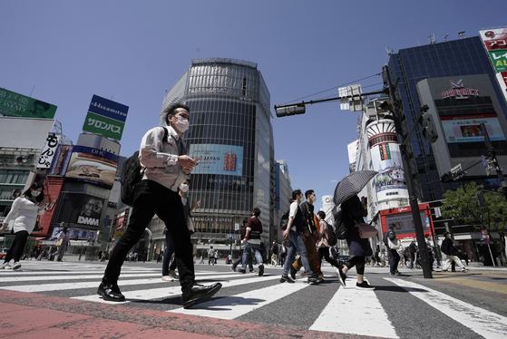 5월 7일 일본 도쿄의 한 거리에서 마스크를 쓴 시민이 걸어가고 있다. [EPA=연합뉴스]