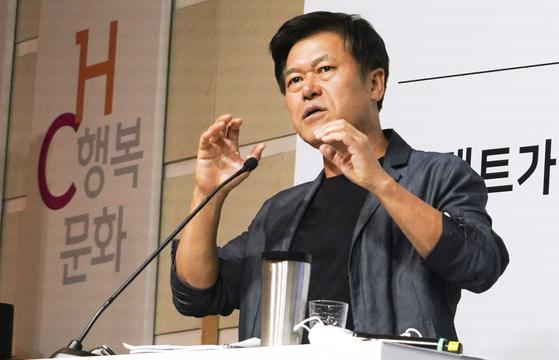 박정호 SKT 사장이 3일 서울 중구 을지로 본사에서 열린 온라인 스트리밍 방식의 '비대면 타운홀'에서 포스트 코로나 시대의 회사 혁신 방향에 대해 토론하고 있다.[SK텔레콤 제공]