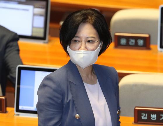 이수진 더불어민주당 의원이 5일 오전 서울 여의도 국회에서 열린 제21대 국회 첫 본회의에 참석해 있다. [뉴스1]