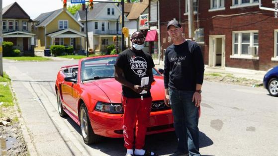 어지럽혀진 시위 현장을 혼자서 청소한 흑인 청년 안토니오 주니어는 이를 고맙게 여긴 사람에게 빨간 무스탕 차량을 선물받았다. [CNN]