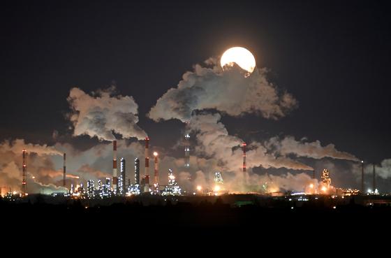 러시아 에너지 기업 가즈프롬의 옴스크 정유공장. 연합뉴스