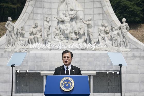 6일 오전 대전시 유성구 국립대전현충원에서 열린 제65회 현충일 추념식에서 문재인 대통령이 추념사를 하고 있다. 사진 청와대사진기자단