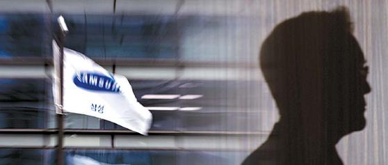 삼성물산-제일모직 합병 및 경영권 부정승계 의혹을 수사하는 검찰이 4일 이재용 삼성전자 부회장에 대해 구속영장을 청구했다. [뉴스1, 중앙포토]