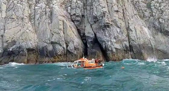 6일 오후 경남 통영시 한산면 홍도 인근 해상에서 스킨스쿠버를 하던 A(41·남)씨, B(31·여)씨가 동굴에 고립돼 해경이 구조를 시도하고 있다. 연합뉴스