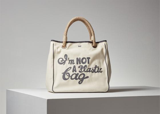 에코백 열풍의 원조로 알려진 영국 디자이너 안야 힌드머치의 '나는 플라스틱 가방이 아닙니다' 백. 사진 안야 힌드머치 홈페이지